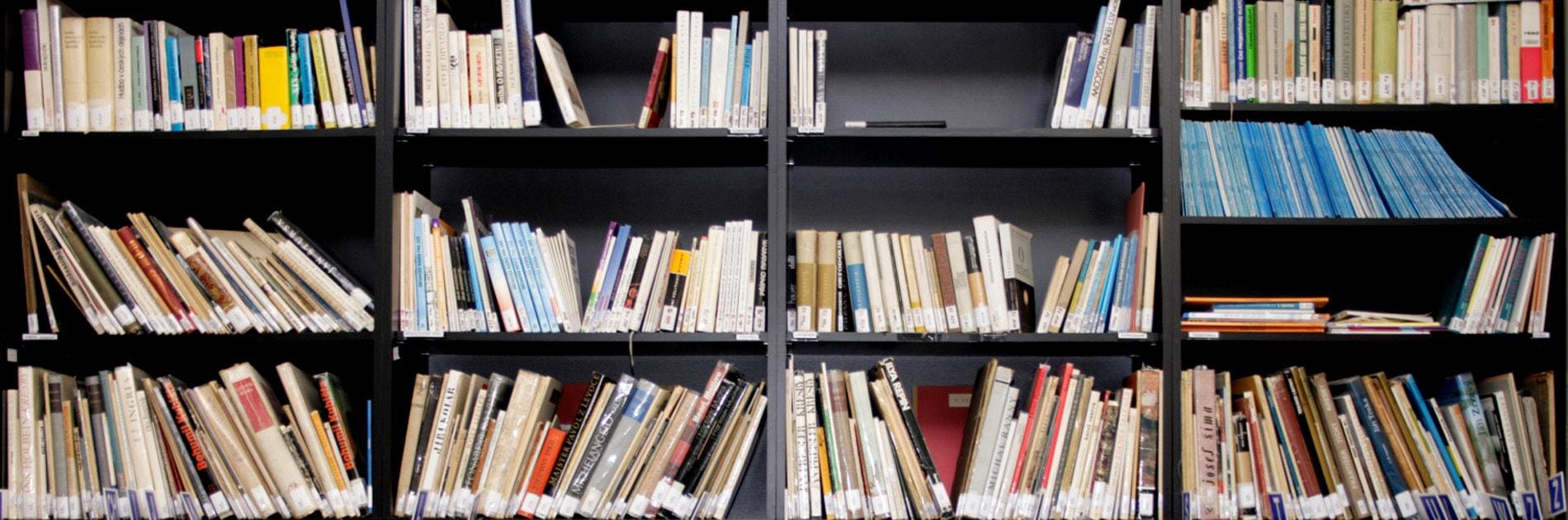 Ein Bücherregal mit vielen Büchern. | Bildquelle: colourbox.de