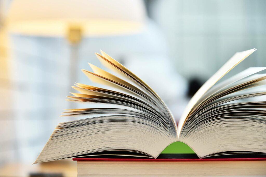 Offenes Buch. | Bildquelle: picture alliance / Zoonar