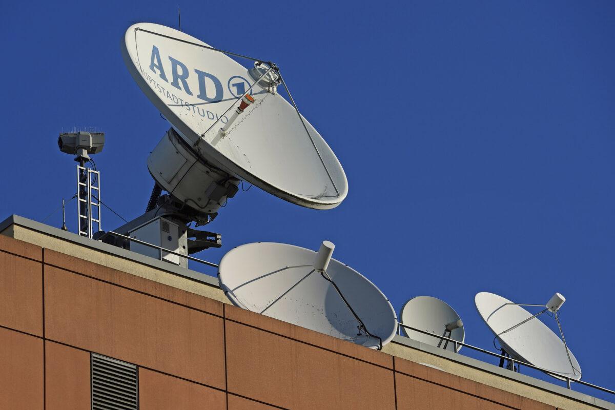Satellitenschuesseln auf dem Dach des ARD Hauptstadtstudios. | Bildquelle: picture alliance/Eibner-Pressefoto