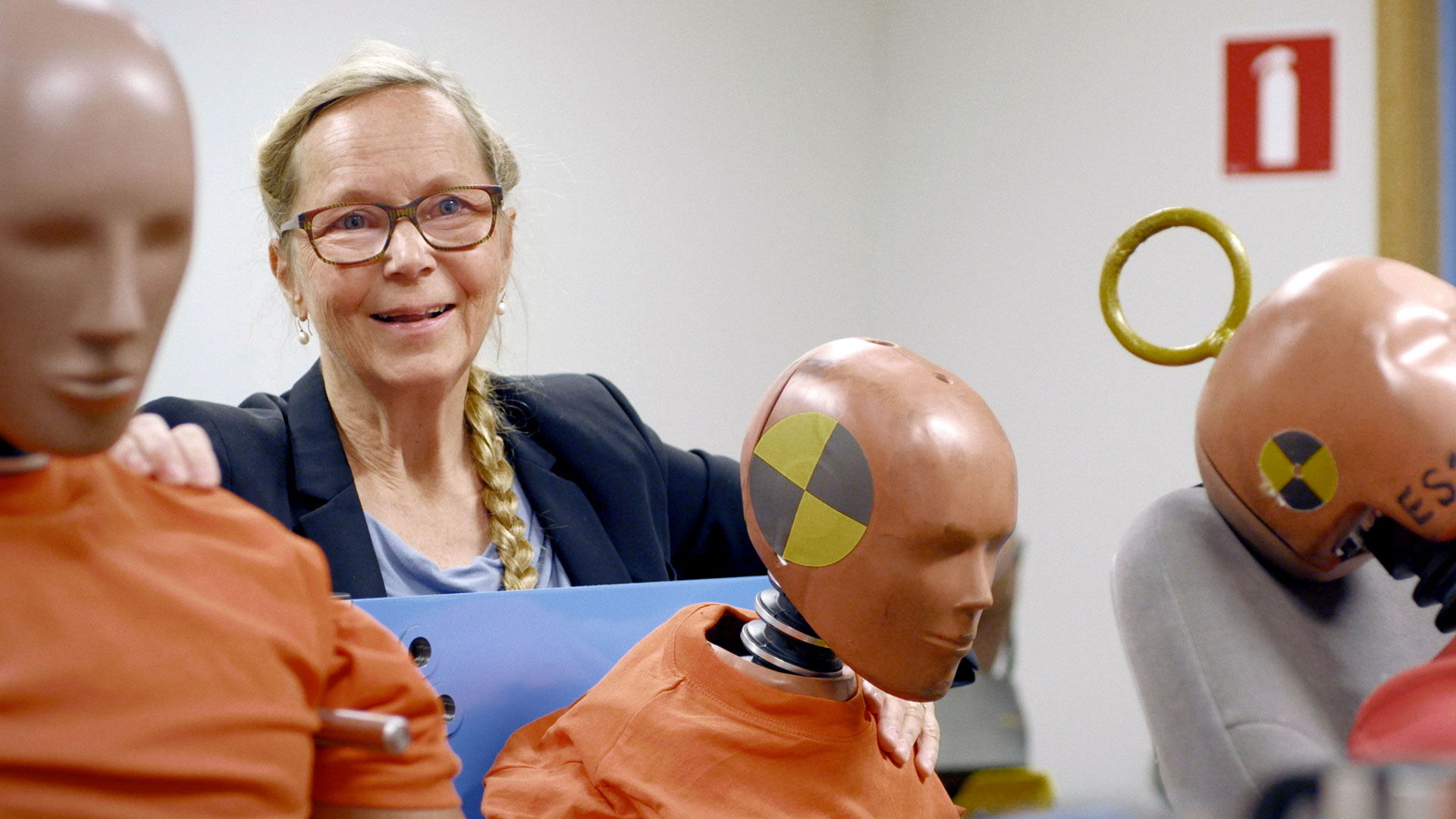 Astrid Linder, Direktorin des Schwedischen Verkehrssicherheits-Instituts, hat den ersten Prototypen eines weiblichen Crash-Test-Dummys entwickelt. | Bildquelle: WDR/btf