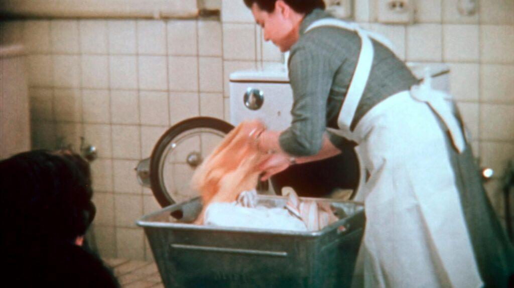 Vorführung eines Waschvollautomaten, 1955.    Bildquelle: WDR / Labo M GmbH